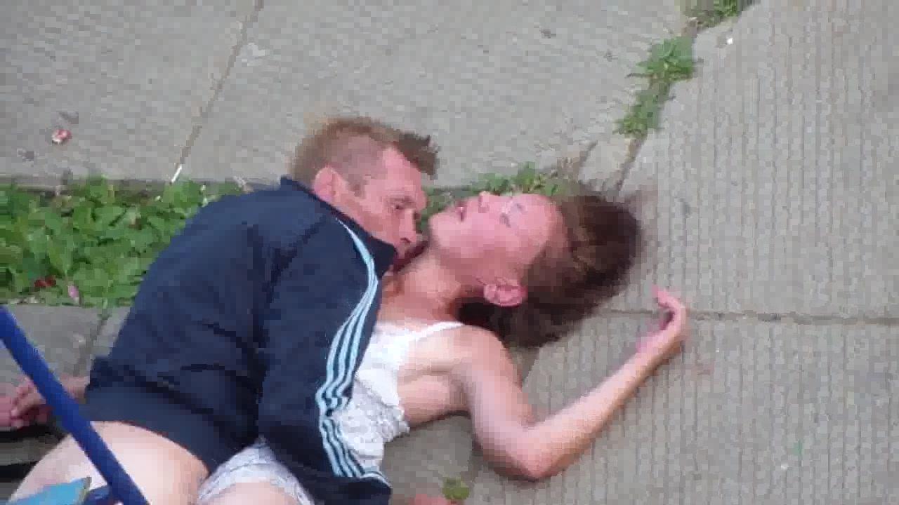 Парень Трахает Пьяную Бабу В Рот И Попку