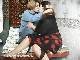 Худая зрелая дрочит на ковре и ебется два раза #13