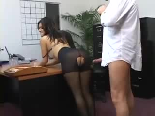 Директор дрючит красивую секретаршу на рабочем столе