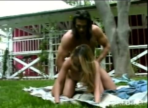 Секс на природе на одеяле