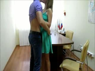 seks-s-kazashkoy-v-ofise-na-skrituyu-kameru