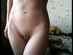 Девушка снимает с себя лифчик и трусики — 1