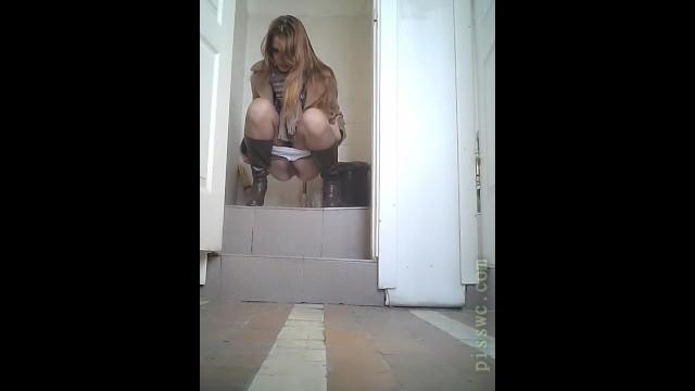 Девушки писают в туалете а их снимает скрытая камера